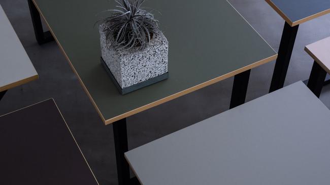 今注目の建築素材、リノリウムを使った家具