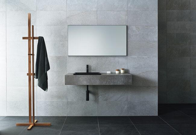 リアルな質感を追求、モルタル調の洗面カウンター